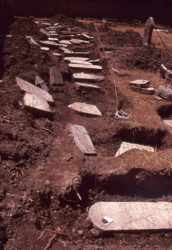 Lapidi rinvenute, con l'ausilio di georadar, durante i lavorivori c