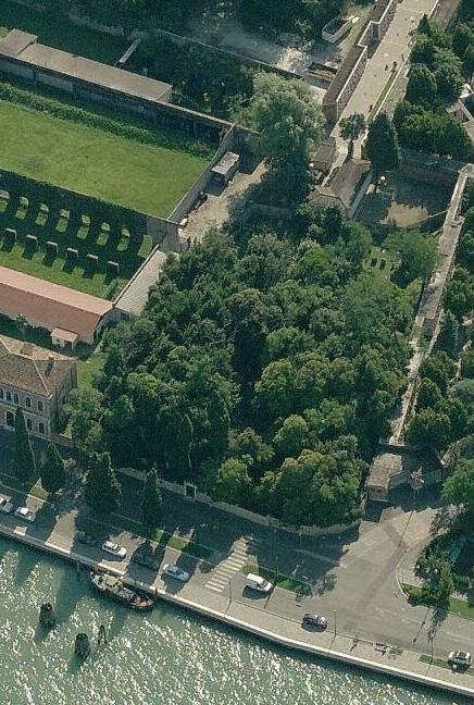 Il cimitero è un vero e proprio bosco cinto da mura